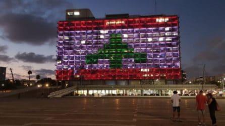 Municipio di Tel Aviv si illumina con la bandiera libanese: l'omaggio alle vittime