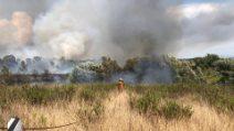 Vasto incendio in via Aurelia: fiamme e fumo, le operazioni di spegnimento