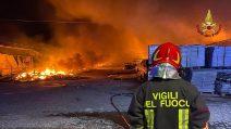 Incendio in un deposito di pneumatici ad Ardea: le operazioni dei vigili del fuoco