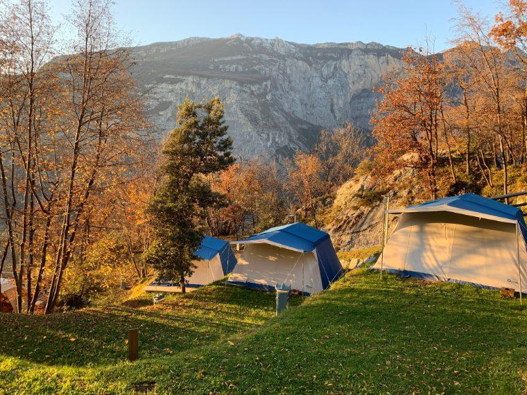 Le Dolomiti a nord, il Lago di Garda a sud. Al centro, un camping essenziale all'esterno e elegante all'interno, pensato per chi ama la natura e lo sport. Da qui partono infatti numerosi sentieri di trekking, ferrate e vie panoramiche da percorrere in mountain bike o e-bike.