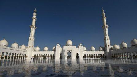 Nella Grande Moschea dello Sceicco Zayed, una delle più grandi del mondo