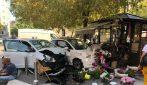Milano, due auto si schiantano contro un chiosco dei fiori: 5 feriti in pieno centro a Milano