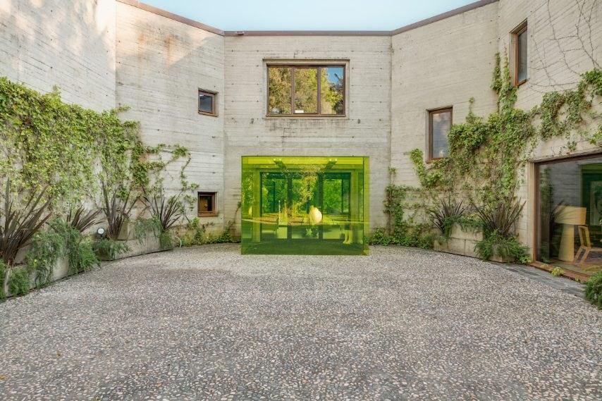 Vetri colorati, opere d'arte e mobili di design, che si sposano con una struttura minimalista dai toni cemento: questa villa può ospitare fino a 14 persone e, nonostante sia immersa nel verde, dista solo pochi chilometri da Lucca.