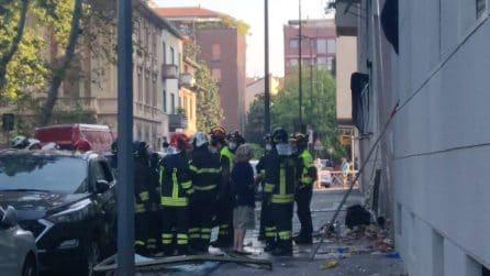Esplosione in un palazzo a Milano, 6 feriti di cui uno grave: piani distrutti, evacuato l'edificio