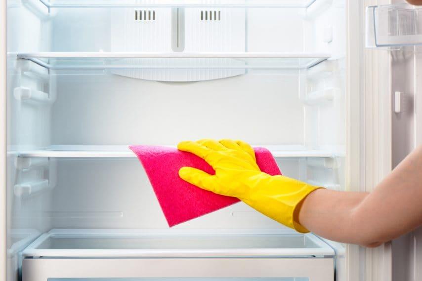 Pulire il frigorifero ed eliminare i cattivi odori.