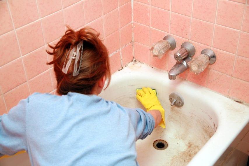 Pulire le macchie della vasca da bagno, diluendo con acqua calda.