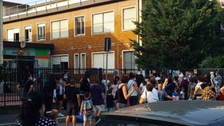 Inizio scuola, folla di genitori e bambini all'ingresso di un istituto di Milano