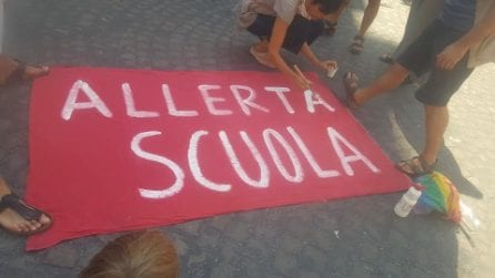 """Riapertura delle scuole, a Napoli mamme e prof in piazza contro De Luca: """"Pensa solo alle elezioni"""""""