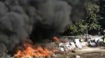 Vasto incendio nel campo rom del Foro Italico: bruciano copertoni e frigoriferi