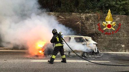 Avellino, auto prende fuoco in autostrada: due persone salvate dai pompieri