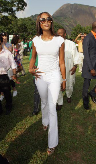 La supermodella ha scelto di abbinare la T-shirt bianca a pantaloni dello stesso colore: un look davvero essenziale.