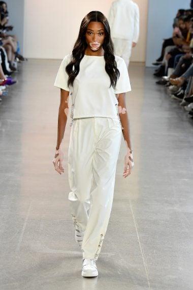 La modella ha portato la T-shirt bianca in passerella, nel corso di una sfilata.