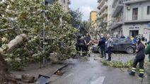 Tromba d'aria a Salerno: alberi caduti, danni ad automobili e abitazioni