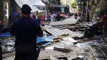 Maltempo a Napoli, alla Pignasecca cadono lamiere e suppellettili