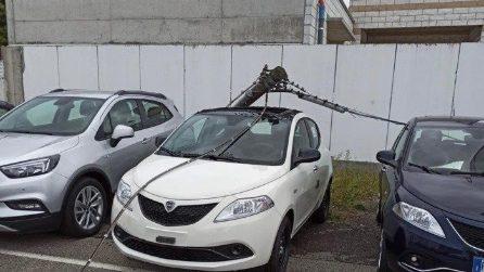 Maltempo, grave situazione a Bergamo: palo della luce colpisce un'auto