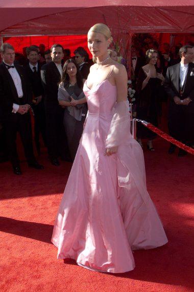 """Nel 1999 l'attrice vinse l'Oscar come Miglior attrice per il film Shakespeare in Love. In quell'occasione sfoggiò un abito rosa in raso """"effetto nuvola"""" firmato Ralph Lauren."""