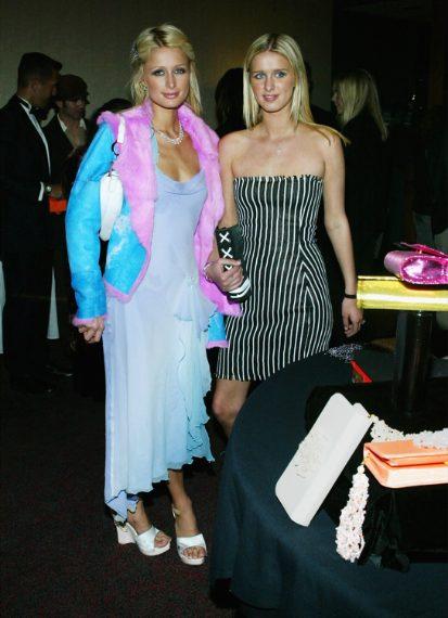 Pellicciotto rosa al collo di Paris Hilton: correva l'anno 2003.