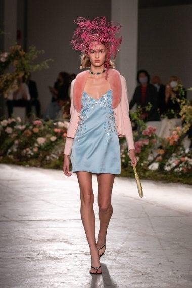 Blumarine ha portato in passerella un cardigan rosa molto simile a quello scelto dalla Ferragni.