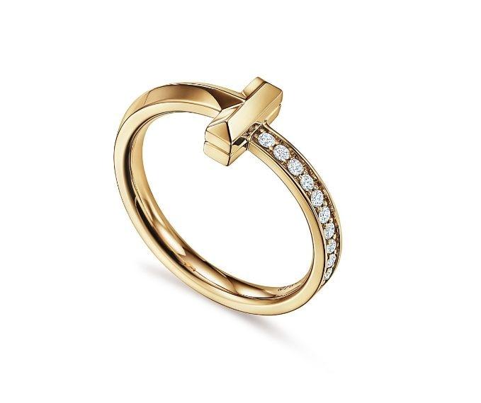 Anello in oro giallo con pavè di diamanti laterale.