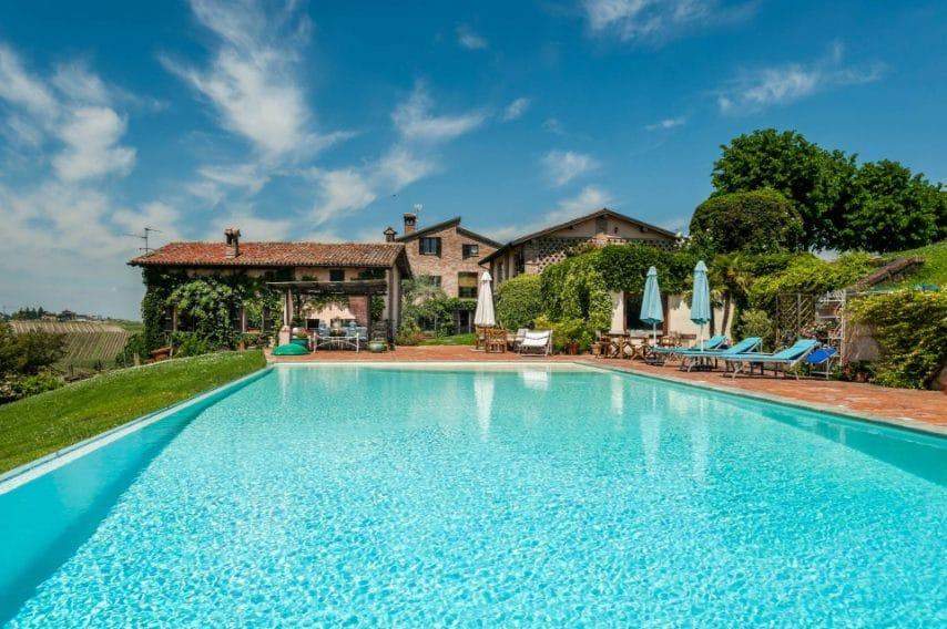La proprietà, situata nel piacentino, che fu concepita da un noto stilista milanese, è composta da varie unità tutte di recente ristrutturazione, raccolte attorno ad un'incantevole piscina a sfioro, su un'area di circa 10.000 mq.