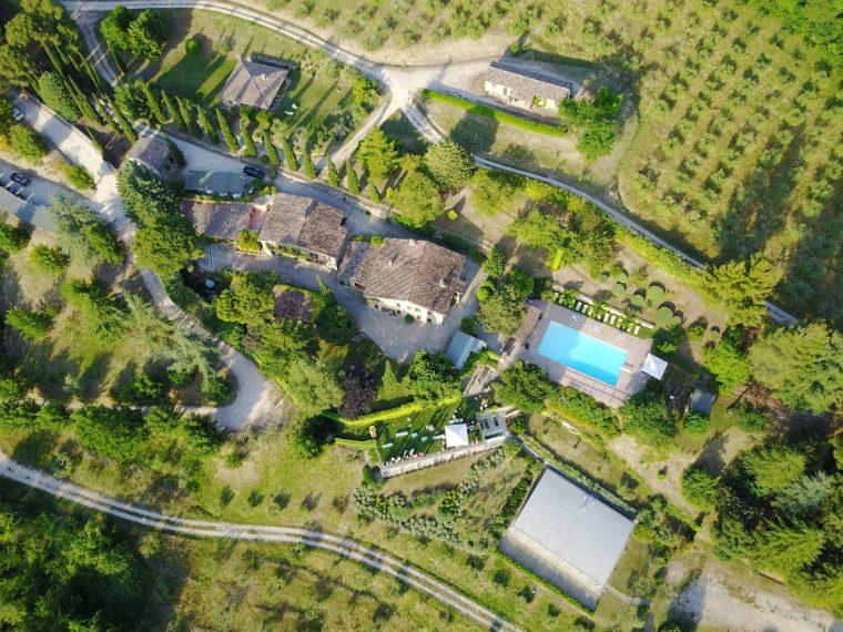 Situato a 12 km da Todi, la proprietà immobiliare è ricavata dal sapiente recupero di un borgo rurale di fine Settecento ed è composto da 7 unità su 7 ettari di terreno coltivato ad oliveto.