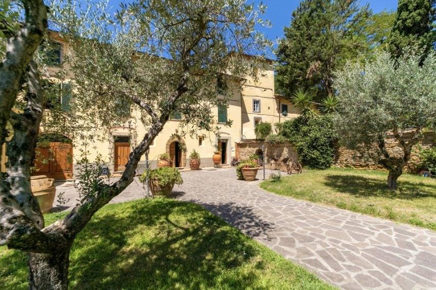 La villa, situato nella zona di produzione del Chianti, è una delle più antiche tenute toscane ed ha alle spalle una storia che affonda le sue radici nel XIV secolo, quando apparteneva alla famiglia Gherardini.