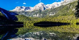 L'incantevole visione del lago che sembra uno specchio: un luogo meraviglioso