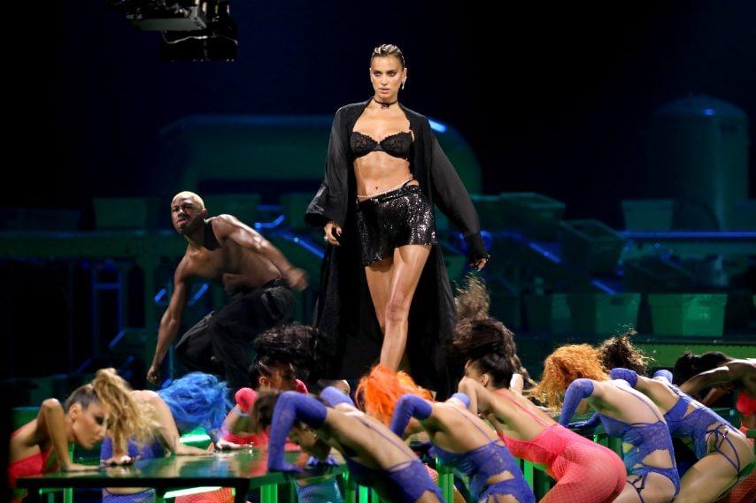 Ha sfilato per Rihanna, indossando capi della sua collezione, anche Irina Shayk.