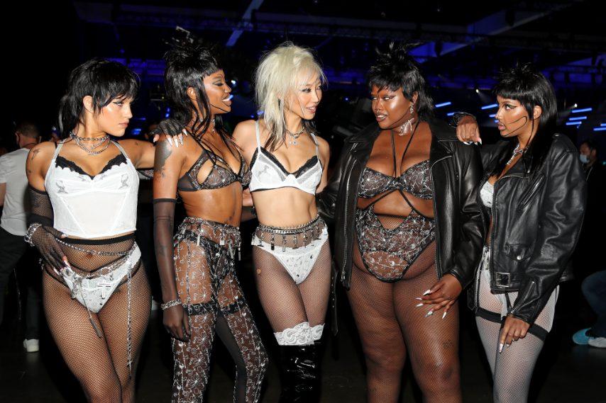 Parola chiave inclusività: Rihanna porta in passerella fisicità eterogenee, la sua linea è per tutte le taglie.