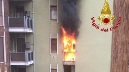 Incendio in un appartamento di San Donato Milanese: boato e fiamme, condominio evacuato