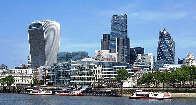Con 41 piani e alto 180 metri, il 30 St Mary Axe è più comunemente conosciuto come il Cetriolo per la sua forma affusolata. Insieme agli altri grattacieli circostanti hanno definito il nuovo skyline di Londra.