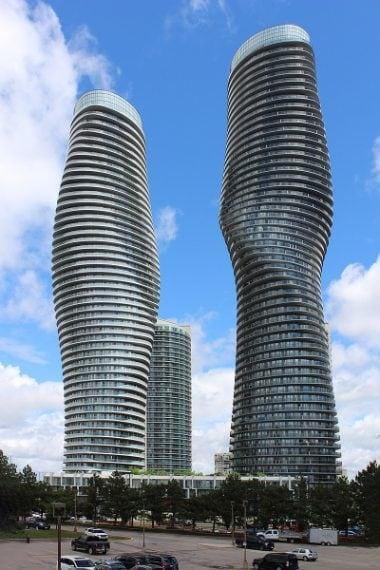 """Absolute World è un complesso di grattacieli residenziali situato nella città canadese di Mississauga. Il complesso è costituito da cinque edifici progettato dallo studio cinese MAD Architecture. La più grande delle torri si torce a 209 gradi dalla base verso l'alto tanto da essere stata ribattezzata """"Marilyn Monroe"""" per la sua forma sinuosa."""