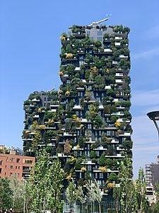 Questi due edifici residenziali probabilmente sono le architetture contemporanee più note di Milano. Il Bosco Verticale, progettato da Stefano Boeri Architetti, è un ambizioso progetto di riforestazione metropolitana che attraverso la densificazione verticale del verde si propone di incrementare la biodiversità vegetale e animale del capoluogo lombardo, riducendone l'espansione urbana e contribuendo anche alla mitigazione del microclima.