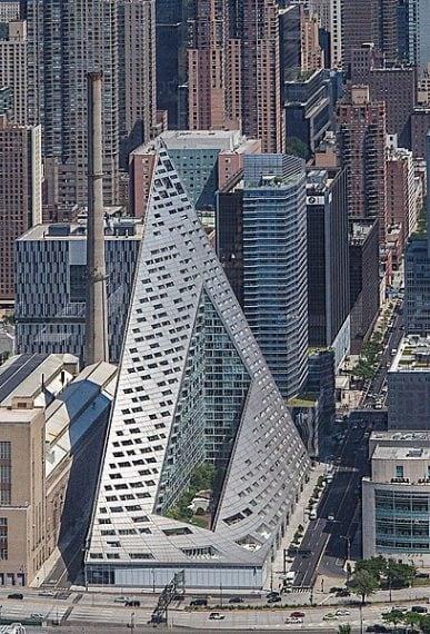 """Lo spettacolare edificio residenziale VIA 57 West a New York, USA. L'edificio a forma di piramide è stato progettato dagli architetti danesi BIG-Bjarke Ingels Group e comprende 34 piani. Ad essere premiato è stato soprattutto il design di VIA 57 """"che apre nuovi orizzonti"""" e ha cambiato lo skyline di NY. L'edificio è a metà strada tra un blocco europeo e un classico grattacielo americano."""