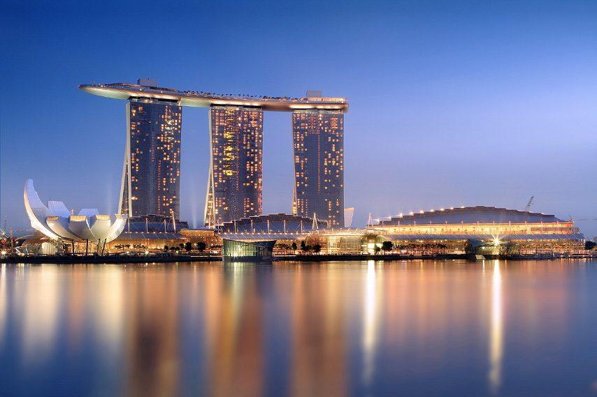 """Tra i più lussuosi resort al mondo, dispone di un albergo, un centro convegni, un centro commerciale, un museo di arte e scienza, due teatri, sette ristoranti, due padiglioni di cristallo galleggianti e una pista di pattinaggio. Il complesso è sormontato da una piattaforma sospesa a forma di nave denominata """"SkyPark"""", di 340 metri, dove vi sono giardini pensili, piscine idromassaggio, centri benessere bar e ristoranti e una piscina """"a sfioro"""" infinita."""