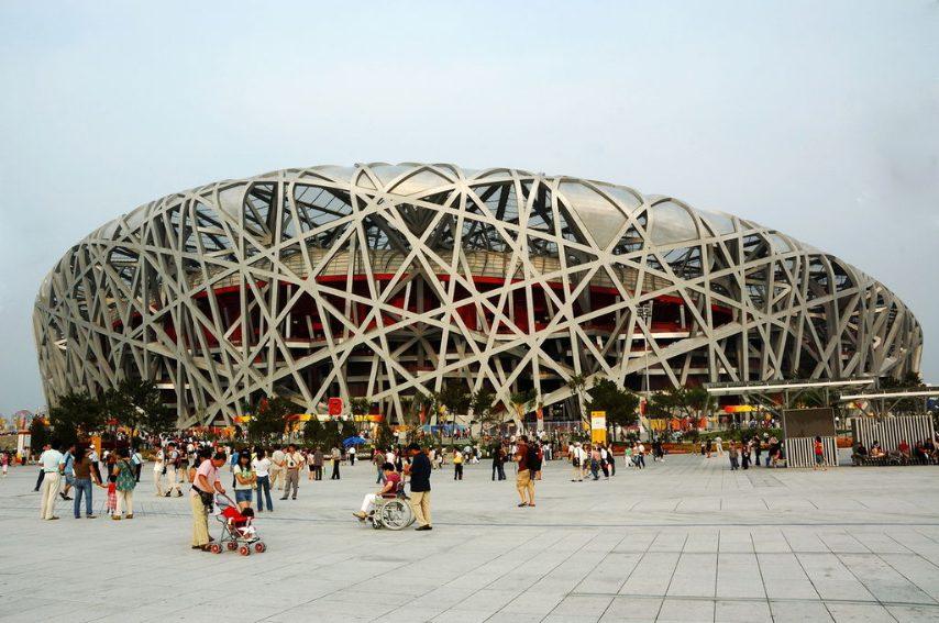 """Progettato dagli architetti di Basilea Herzog & de Meuron per i Giochi della XXIX Olimpiade, lo Stadio nazionale di Pechino è stato soprannominato """"Nido d'uccello"""" per la sua particolare esterna indipendente dallo spazio interno che ricorda le architetture naturali degli uccelli."""