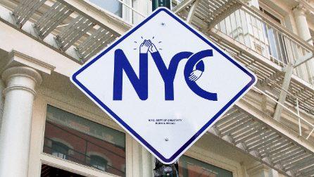 I segnali stradali di New York diventano opere di street art