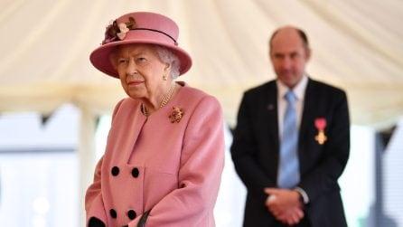 Il look della regina Elisabetta II per il ritorno al lavoro dopo il lockdown