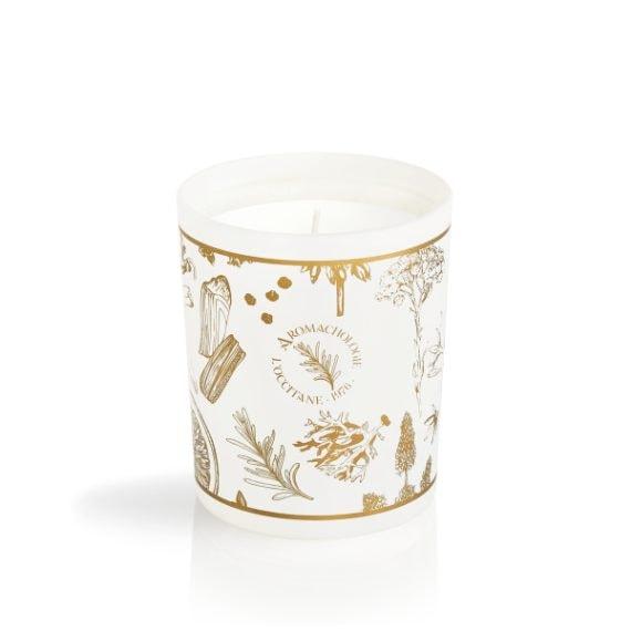 L'Occitane ha creato questa candela (45 euro) ispirandosi alla Provenza: vi si trovano accordi di frutta secca e cannella uniti alle note di arancia dolce.