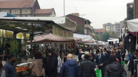 A Milano mercato rionale affollato: tanti anziani tra le bancarelle, ignorato l'appello del sindaco