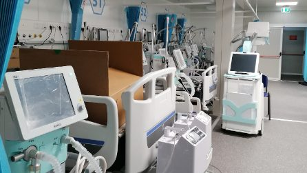 Il deposito dei ventilatori polmonari al Covid Center dell'Ospedale del Mare