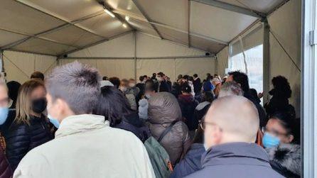 Assembramenti per i tamponi: a Crema decine di persone in fila sotto i gazebo