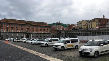 Coprifuoco Napoli, protesta dei tassisti in piazza del Plebiscito