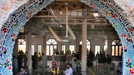 Pakistan, bomba esplode in una scuola coranica a Peshawar: morti e feriti