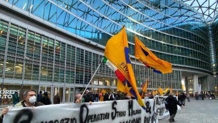 """Esplode la rabbia degli ambulanti davanti a Regione Lombardia: """"Ci avete dimenticati"""""""