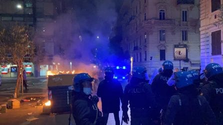 Roma, scontri e cassonetti in fiamme al corteo dell'estrema destra