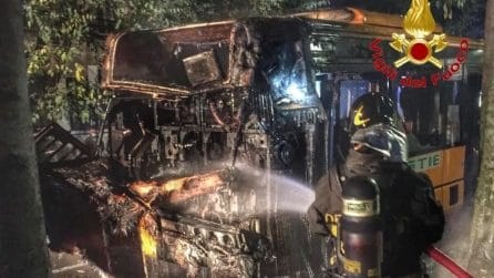 Rho, autobus di linea a fuoco: paura e mezzo devastato dalle fiamme