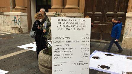 Napoli, proteste di commercianti e studenti contro De Luca sotto la Regione Campania