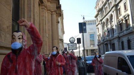 Soldi finti e tute della Casa di Carta: la protesta del centro sociale davanti a Banca d'Italia