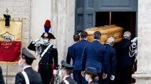 Funerali di Gigi Proietti, la bara dell'attore arriva in Piazza del Popolo